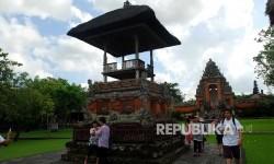 Wisatawan sedang mengunjungi salah satu pura di Bali.