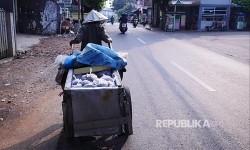 Yatin, 75, menjajakan abu gosok dagangannya menyusuri jalanan di Jakarta, Ahad (13/8).