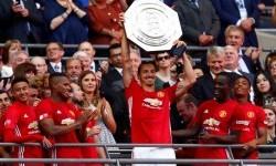 Zlatan Ibrahimovic mengangkat trofi Community Shield.