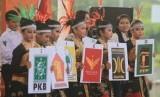 (Ilustrasi) Sejumlah penari membawa lambang partai politik saat pentas kesenian dalam rangka sosialisasi Pemilu 2019 di Indramayu, Jawa Barat, Sabtu (21/4). Kegiatan yang digelar KPUD Indramayu dengan tema