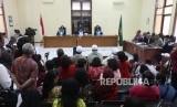 Suasana saat sidang lanjutan terkait gugatan atas Surat Keputusan Menteri Hukum dan Hak Asasi Manusia tentang pembubaran Hizbut Tahrir Indonesia (HTI) di Pengadilan Negeri Tata Usaha, Jakarta, Kamis (4/1).
