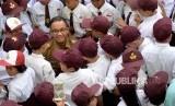 Gubernur DKI Jakarta Anies Baswedan berbincang dengan siswa saat meninjau pelaksanaan kegiatan Masa Pengenalan Lingkungan Sekolah (MPLS) di SDN Kampung Melayu 01/02, Bidara Cina, Jakarta, Senin (16/7).