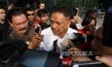 Gubernur Sulawesi Utara Olly Dondokambey berjalan meninggalkan gedung KPK usai menjalani pemeriksan di Jakarta, Selasa (4/7) lalu.