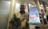 Direktur Bahasa Kita Oskar Riandi melakukan demo  smart e-paper kepada media di kantor Harian Republika, Jakarta, Kamis (4/1).