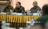 Anggota Bawaslu Mochammad Afifuddin (tengah) menyampaikan pandangannya disaksikan Anggota KPU Hasyim Azhari (kiri) dan Ilham Saputra (kanan) dalam rapat koordinasi persiapan tahapan pendaftaran pemilihan umum 2018 di Jakarta, Kamis (4/1).