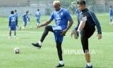 Victor Igbonefo (kiri) berlatih untuk memulihkan kakinya yang cedera saat latihan Persib di Lapangan Lodaya, Kota Bandung, Rabu (7/3).