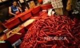 Cabai Merah Sumbang Inflasi Oktober. Cabai merah dijajakan oleh pedagang di Pasar Senen, Rabu (1/11).