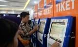 Calon penumpang antre membeli tiket di Stasiun Pasar Senen, Jakarta (ilustrasi)