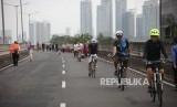 Sejumlah warga bersepeda saat hari bebas kendaraan bermotor (BHKB) di jalan layang non tol (JLTN) Antasari, Jakarta, Ahad (14/1).