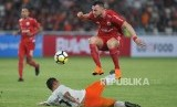 Penyerang Persija Jakarta Marko Simic berusaha melewati hadangan pemain Borneo FC dalam pertandingan Liga 1 di Stadion Gelora Bung Karno, Senayan, Jakarta, Sabtu (14/4).