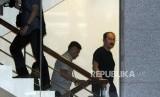 Pengacara Fredrich Yunadi berjalan menaiki tangga usai dijemput paksa oleh tim penyidik KPK di Gedung KPK, Jakarta, Sabtu (13/1).