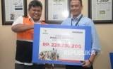 Dirut Republika Media Mandiri Agoosh Yoosran menyerahkan sumbangan pembaca Republika untuk Rohingya kepada Deputy BAZNAS M. Arifin Purwakananta (kiri) di Kantor Republika, Jakarta, Jumat (20/4).