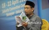 Penulis Habiburrahman El Shirazy memaparkan penjelasan pada kegiatan bedah buku karangannya berjudul Merindu Baginda Nabi pada Islamic Book Fair 2018 di Jakarta Convention Center, Jakarta, Ahad (22/4).