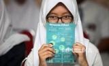 A student show brochure of Diphtheria awareness after getting immunization at SMAN 33 Jakarta, West Jakarta, on December 11, 2017.
