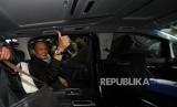 Mantan KSAU Marsekal (Purn) Agus Supriatna di mobil usai memenuhi panggilan KPK di kantor KPK, Jakarta, Rabu (3/1).