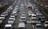 Antrean kendaraan ruas Jalan Tol Jagorawi saat pemberlakuan ganjil genap di kawasan Cibubur 2, Jakarta Timur, Senin (16/4).
