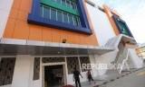 Warga melintas didepan gedung Pasar Senen Block III, Jakarta, Kamis (4/1).