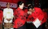 Bakal Calon Gubernur (Bacagub) Sumatera Utara Djarot Saiful Hidayat mencium tangan Ketua Umum PDIP Megawati Soekarnoputri (dari kanan) usai penyerahan surat rekomendasi partai pada acara pengumuman rekomendasi pasangan calon gubernur dan wakil gubernur PDIP di Kantor PDIP Jakarta, Kamis (4/1).