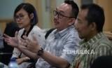 Corporate Communication General Manager PT Sumber Alfaria Trijaya,TBK (Alfamart) Ivan Hermawan (tengah) memberikan paparanya saat berkunjung ke Kantor Republika, Jakarta, Selasa (17/7).