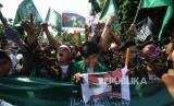 Berteriak. Sejumlah umat mulsim melakukan aksi damai di depan kantor Kedutaan Amerika Sertikat, Jakarta, Jumat (08/12).
