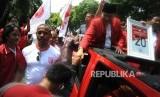 Ketua Umum Partai Keadilan dan Persatuan Indonesia (PKPI) Jenderal TNI (purn) AM Hendropriyono (kedua kanan) bersama Sekjen PKPI Imam Anshori Saleh (kanan) menyapa kader PKPI seusai menghadiri penetapan partai politik dan nomor urut partai politik peserta pemilihan umum tahun 2019 di Kantor KPU Pusat, Jakarta, Jumat (13/4).