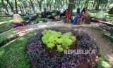 Pengunjung menikmati suasana di Taman Monas Bagian barat, Jakarta, Ahad (22/4).