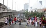 Suasana warga saat hari bebas kendaraan bermotor (BHKB) di jalan layang non tol (JLTN) Antasari, Jakarta, Ahad (14/1).