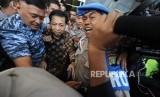Terdakwa kasus tindak pidana korupsi KTP Elektronik Setya Novanto di kawal usai menjalani sidang  lanjutan  dengan agenda putusan sela  di TIPIKOR, Jakarta, Kamis (4/1).