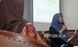 Direktur Eksekutif Perludem Titi Anggraini (kanan) menyampaikan pandangan saat diskusi pilkada di Jakarta, Rabu (29/11).