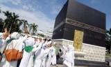 Sejumlah warga mengikuti kegiatan manasik haji di Asrama Haji Pondok gede, Jakarta, Kamis (4/1).
