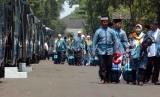 Sejumlah calon jamaah haji keluar dari asrama untuk menuju bus yang akan membawa jamaah menuju Bandara di Pondok Asrama Haji, Pondok Gede, Jakarta Timur, Selasa (2/9). (Republika/Raisan Al Farisi)