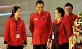 Ketua Umum PDI Perjuangan Megawati Soekarnoputri (Kedua kanan) bersama presiden terpilih Joko Widodo (kedua kiri),  pada pembukaan Rapat Kerja Nasional (Rakernas) IV PDI Perjuangan di Semarang, Jateng, Jumat (19/9).   (Antara/R. Rekotomo)