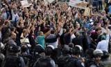 Ratusan warga Palestina berunjuk rasa memprotes peziarah yahudi yang masuk ke dalam Komplek Masjid Al Aqsa di Jerusalem, Rabu (15/10). (Reuters/Ammar Awad)