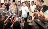 Wapres Jusuf Kalla didampingi Ketum Partai Gerindra Prabowo Subianto memberikan keterangan pers seusaai mengadakan pertemuan di Istana Wapres, Jakarta, Selasa (21/10). (Antara)