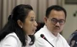 Menteri BUMN Rini M Soemarno (kiri) dan Menteri ESDM Sudirman Said (kanan) saat konferensi pers tentang pembentukan Tim Reformasi Tata Kelola Migas, Jakarta, Ahad (16/11).   (Republika/ Yasin Habibi)
