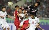 Penjaga gawang timnas Indonesia Kurnia Mega berusaha menepis bola pada pertandingan penyisihan Piala AFF 2014 Grup A di Stadion My Dinh, Hanoi, Sabtu (22/11).   (EPA/Luong Thai Linh)