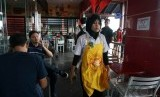 Muslim who worked at the fast food restaurant at Banten wore reindeer antlers headband as part of her working suits ahead of Christmas.