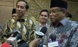 Presiden Joko Widodo (kiri) dan Ketua Umum PBNU KH Said Aqil Siradj (kanan) menjawab sejumlah pertanyaan wartawan usai melakukan pertemuan di Gedung PBNU, Jalan Kramat Raya, Jakarta, Rabu (24/12).(Antara/Widodo S. Jusuf)