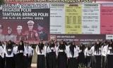 Sejumlah calon polisi dalam barisan ketika mendengarkan arahan dari Kapolda Aceh Irjen Pol. Husein Hamidi di Mapolda Aceh, Banda Aceh, Senin (4/5).  (Antara/Ampelsa)