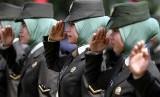 Korps Wanita Angkatan Darat (KOWAD) TNI Kodam Iskandar Muda mengenakan jilbab saat mengikuti gladi memperingati HUT ke 68 Proklamasi Kemerdekaan RI di lapangan Blangpadang, Banda Aceh.