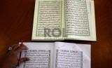 Petugas tashih atau penashih memeriksa naskah Alquran di Lajnah Pentashihan Mushaf Al-Quran, TMII, Jakarta, Senin (29/6). (Republika/Wihdan)