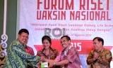 (dari kiri) Dirut Biofarma Iskandar, Menkes Nila Djuwita F Muluk, dan Dirjen Penguatan Riset dan Pengembangan Riset Teknologi dan Pendidikan Tinggi Kemenristek Mohammad Dimyati saat pembukaan Forum Riset Vaksin Nasional (FRVN) 2015 di Jakarta, Rabu (26/8).