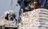 Pekerja melaukan bongkar muat karung berisi beras impor asal Vietnam di Pelabuhan Tanjung Priok, Jakarta, Kamis (12/11).  (Republika/Agung Supriyanto)