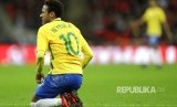 Aksi Neymar saat membela timnas Brasil dalam laga persahabatan melawan timnas Inggris di Stadion Wembley, Selasa (14/11).