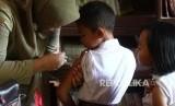Seorang pelajar SD tengah mendapatkan Imunisasi Difteri Tetanus (DT).  (ilustrasi)