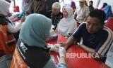 Pengunjung melakukan pemeriksaan darah oleh tim Rumah Zakat dalam rangkaian kegiatan Muhasabah Akhir Tahun bersama Republika, di Masjid Pusdai, Kota Bandung, Ahad (31/12).