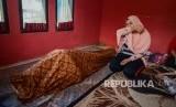 [ilustrasi] Adik dari korban minuman keras (miras) oplosan menangis di rumah duka setelah dibawa dari Rumah Sakit Umum Daerah Cicalengka (RSUD), Kabupaten Bandung, Jawa Barat, Jumat (13/4).