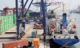 Aktivitas bongkar muat ekspor impor di Pelabuhan Tanjung Priok, Jakarta, Jumat (20/10).