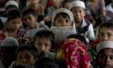 Anak-anak etnis Muslim Rohingya di pengungsian.