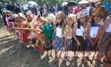 Anak-anak memakai baju tradisional menuju mata air Irung-irung pada acara Ngalokat Cai Nyalametkeun Solokan atau menyelamatkan air dan selokan dalam rangkaian Festival Cihideung, di Kecamatan Parongpong, Kabupaten bandung Barat, Sabtu (23/9).